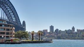 悉尼港桥看法通过Hickson路储备 免版税库存照片