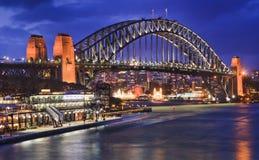 悉尼港桥边通报日落 免版税库存照片