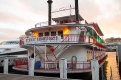 悉尼演戏船是著名晚餐巡航 这位地道桨轮车由迷人的展示女孩流出old-world魅力,在船上 库存图片