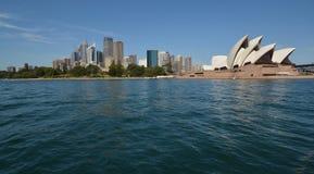 悉尼澳大利亚歌剧院和街市全景 免版税图库摄影