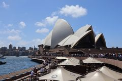 悉尼澳大利亚16/11/2018 -人群排行等待的歌剧院看梅格汉・马克尔王子哈里和 库存例证
