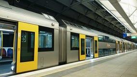 悉尼火车-倒空有开门的火车 免版税库存照片