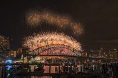 悉尼烟花伊芙在港口桥梁的新年展示从Clak公园悉尼澳大利亚 免版税图库摄影