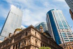 悉尼街市CBD地平线,澳大利亚,从桥梁街道的看法 免版税库存图片