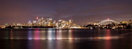 悉尼都市风景全景视图在黄昏的横跨从b的港口 免版税库存图片