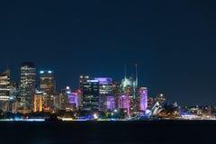 悉尼都市风景在生动的悉尼光节日期间的晚上 库存照片