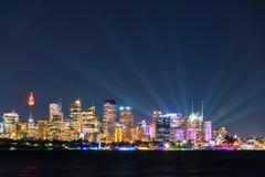 悉尼都市风景在生动的悉尼光节日期间的晚上 库存图片