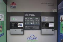 悉尼,澳大利亚- 2018年6月2日:反向贩卖机细节,返回并且赢得 返回,并且Earn是主要废弃物减少 图库摄影