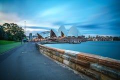 悉尼,澳大利亚- 2018年11月9日:对悉尼歌剧院的小径日落的 库存图片