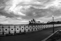 悉尼,澳大利亚- 2009年1月11日:歌剧院侧视图从散步的 歌剧院横跨水被看见 免版税图库摄影
