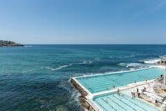 悉尼,澳大利亚- 2014年11月07日:与人的水池接近邦迪滩在悉尼,澳大利亚 库存照片