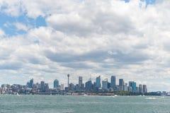 悉尼,澳大利亚- 2014年11月16日:与多云天空和Westfield塔的悉尼都市风景 从轮渡的照片 免版税库存照片