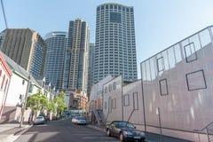 悉尼,澳大利亚- 2014年11月16日:悉尼与摩天大楼和伪造品议院的商业区在街道上 库存图片