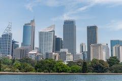 悉尼,澳大利亚- 2014年11月05日:悉尼与皇家植物园和河水的商业区 免版税库存照片