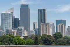 悉尼,澳大利亚- 2014年11月05日:悉尼企业摩天大楼和公园 蓝天 澳洲 免版税库存照片