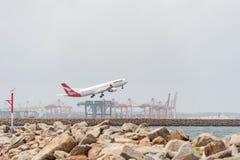 悉尼,澳大利亚- 2014年11月11日:悉尼国际机场与离开飞机 澳洲航空,空中客车A330-303, VH-QPC 图库摄影