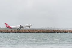 悉尼,澳大利亚- 2014年11月11日:悉尼国际机场与离开飞机 澳洲航空,空中客车A330-303, VH-QPC 库存照片