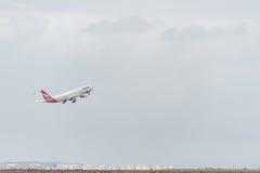 悉尼,澳大利亚- 2014年11月11日:悉尼国际机场与离开飞机 澳洲航空,空中客车A330-303, VH-QPC 免版税库存图片