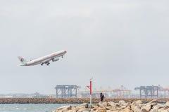 悉尼,澳大利亚- 2014年11月11日:悉尼国际机场与离开飞机 航空器B-6122,空中客车A330-243,奇恩角 免版税库存照片