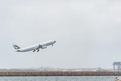 悉尼,澳大利亚- 2014年11月11日:悉尼国际机场与离开飞机 航空器B-LAK,空中客车A330-343, Catha 免版税库存图片