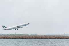 悉尼,澳大利亚- 2014年11月11日:悉尼国际机场与离开飞机 航空器B-LAK,空中客车A330-343, Catha 库存图片