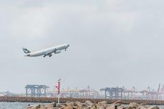悉尼,澳大利亚- 2014年11月11日:悉尼国际机场与离开飞机 航空器B-LAK,空中客车A330-343, Catha 免版税库存照片