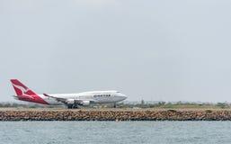 悉尼,澳大利亚- 2014年11月11日:悉尼国际机场与离开飞机 航空器VH-OJS,波音747-438, Qanta 免版税图库摄影