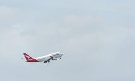 悉尼,澳大利亚- 2014年11月11日:悉尼国际机场与离开飞机 航空器VH-OJS,波音747-438, Qanta 免版税库存照片