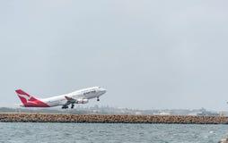 悉尼,澳大利亚- 2014年11月11日:悉尼国际机场与离开飞机 航空器VH-OJS,波音747-438, Qanta 图库摄影