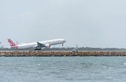 悉尼,澳大利亚- 2014年11月11日:悉尼国际机场与离开飞机 航空器VH-VPF,波音777-3ZG, Virgi 免版税图库摄影