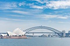 悉尼,澳大利亚- 2014年11月05日:悉尼歌剧院和港口桥梁 澳洲 河水出租汽车 库存照片