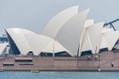 悉尼,澳大利亚- 2014年11月05日:悉尼歌剧院和港口桥梁 澳洲 河水黄色出租汽车 库存图片