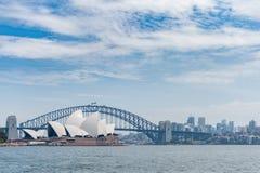 悉尼,澳大利亚- 2014年11月05日:悉尼歌剧院和港口桥梁 澳洲 河水 库存图片