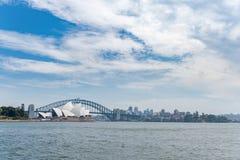 悉尼,澳大利亚- 2014年11月05日:悉尼歌剧院和港口桥梁 澳洲 河水 图库摄影