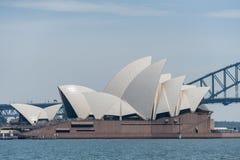 悉尼,澳大利亚- 2014年11月05日:悉尼歌剧院和港口桥梁 澳洲 河水 免版税图库摄影