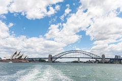 悉尼,澳大利亚- 2014年11月16日:悉尼歌剧院和港口桥梁 从轮渡的照片 免版税库存图片