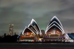 悉尼,澳大利亚- 2014年11月18日:悉尼歌剧院 长期风险 流动的天空 澳洲 库存图片