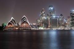 悉尼,澳大利亚- 2014年11月26日:悉尼歌剧院 长期风险 流动的天空 澳洲 免版税图库摄影
