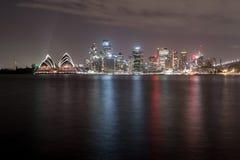 悉尼,澳大利亚- 2014年11月26日:悉尼歌剧院 长期风险 流动的天空 澳洲 免版税库存照片