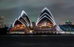 悉尼,澳大利亚- 2014年11月18日:悉尼歌剧院 长期风险 流动的天空 澳洲 库存照片