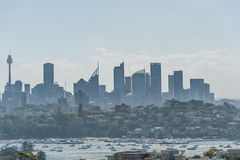 悉尼,澳大利亚- 2014年11月18日:悉尼港口和歌剧院 都市风景 亲爱的点,点吹笛者, Westfield塔 库存图片
