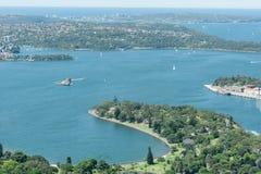 悉尼,澳大利亚- 2014年11月17日:悉尼港口和河从Westfield塔的 皇家植物园 库存图片