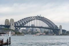 悉尼,澳大利亚- 2014年11月05日:悉尼港桥和河水 澳洲 库存图片