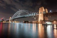 悉尼,澳大利亚- 2014年11月26日:悉尼港桥 长期风险 流动的天空 澳洲 免版税图库摄影