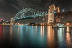 悉尼,澳大利亚- 2014年11月26日:悉尼港桥 长期风险 流动的天空 澳洲 库存图片