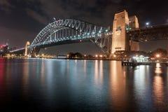 悉尼,澳大利亚- 2014年11月26日:悉尼港桥 长期风险 流动的天空 澳洲 免版税库存图片