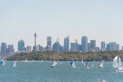 悉尼,澳大利亚- 2014年11月08日:悉尼都市风景、企业摩天大楼和水与Yach 风景 免版税库存照片
