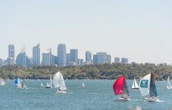 悉尼,澳大利亚- 2014年11月08日:悉尼都市风景、企业摩天大楼和水与Yach 风景 免版税库存图片