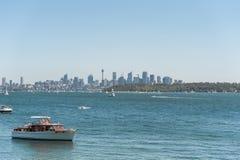 悉尼,澳大利亚- 2014年11月08日:悉尼都市风景用Westfield塔、企业摩天大楼和水与Yach 风景 库存图片