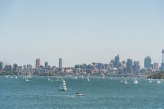 悉尼,澳大利亚- 2014年11月08日:悉尼都市风景用Westfield塔、企业摩天大楼和水与Yach 风景 免版税库存照片